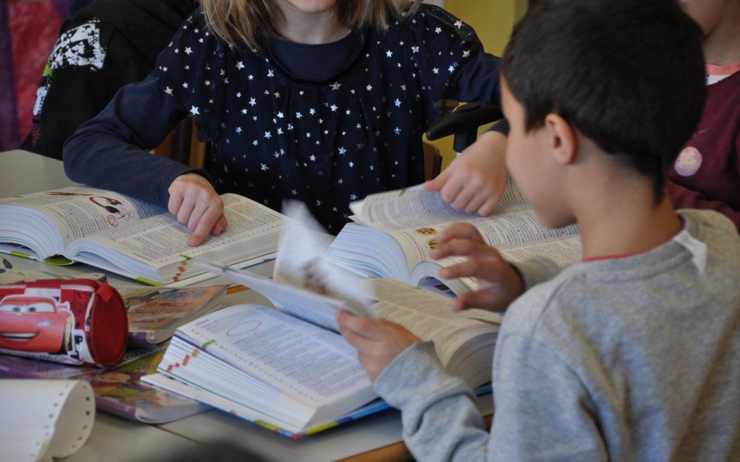 Les élèves de CP ont reçu un dictionnaire chacun
